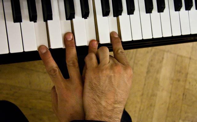Пальцы панка на филармоническом рояле //Фото: Мария Слепкова