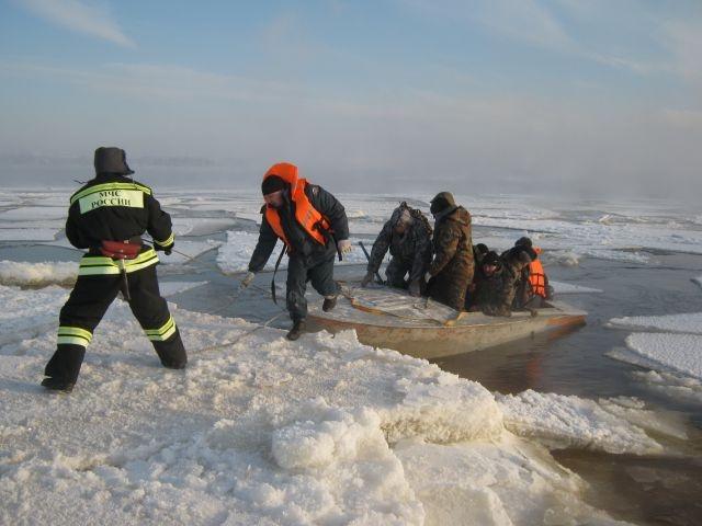 ВРостове спасли провалившегося под лед мужчину