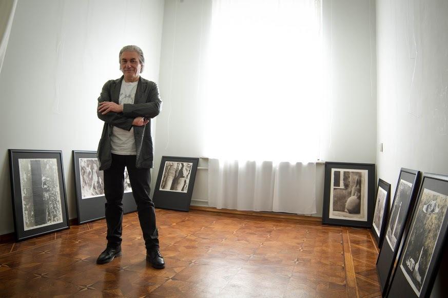 Энцо Розамилья монтирует экспозицию в Ростовском областном музее изобразительных искусств // Фото: Анна Коновалова