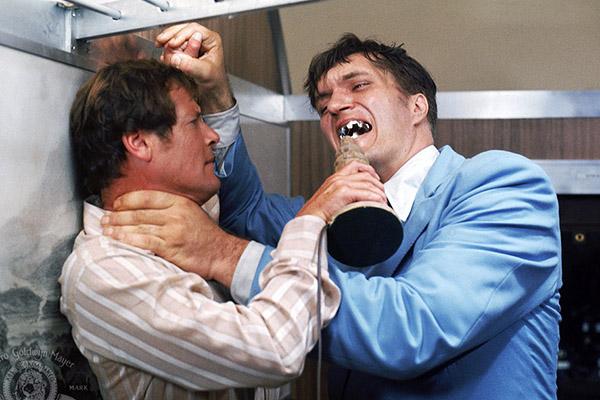 Ричард Кил (справа) в роли злодея Челюсти // фото с сайта kinopoisk.ru
