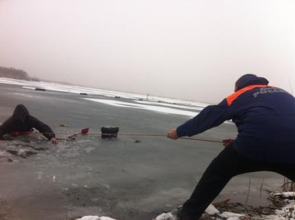 На Дону спасены двое рыбаков, которые провалились под лед на водохранилище
