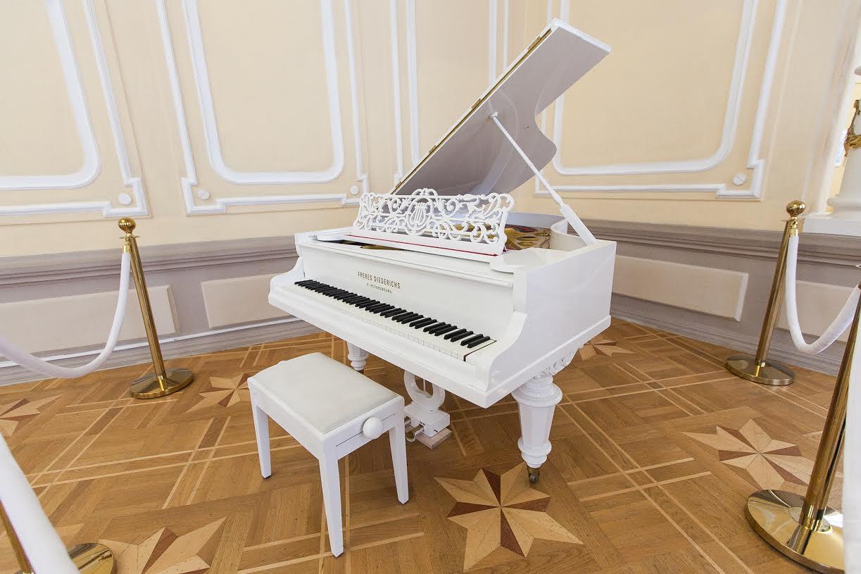 белый рояль картинки на сцене отлично