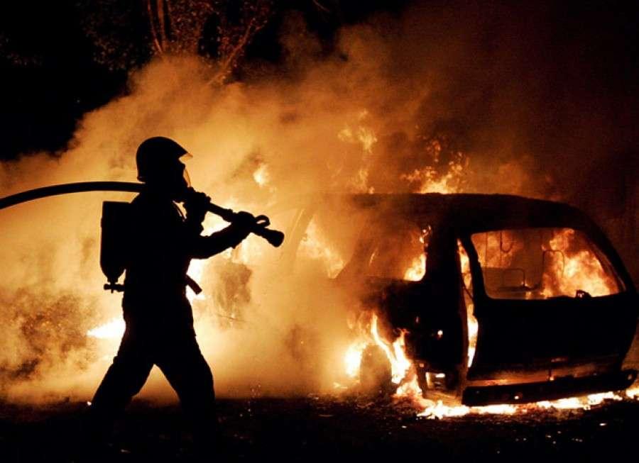 """ВАксае сгорели микроавтобус «Вольксваген Т-3 и""""Тойота РАВ4""""»"""