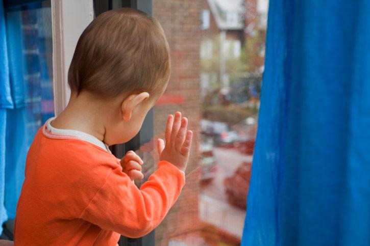 ВЗверево трёхлетняя девочка погибла после падения с5 этажа