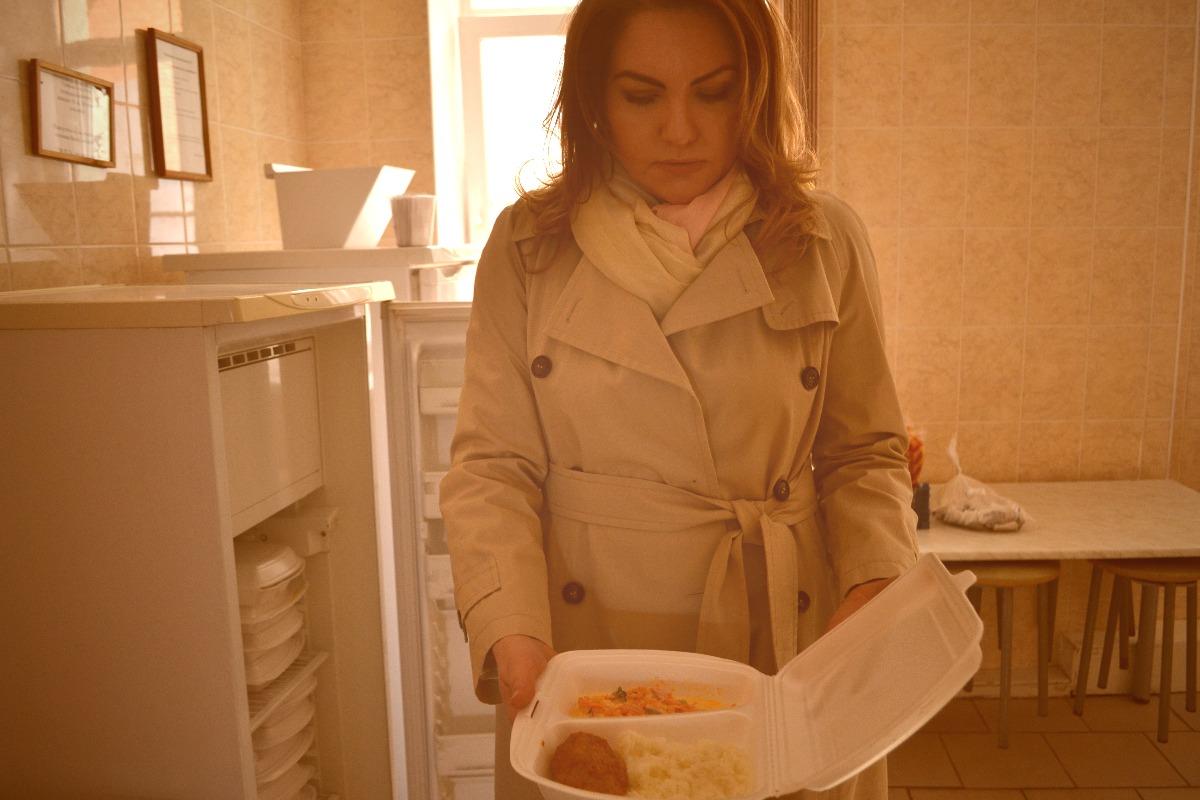 Директор центра Елена Мелихова показывает стандартный обед клиентов // фото: Виктория Некрасова