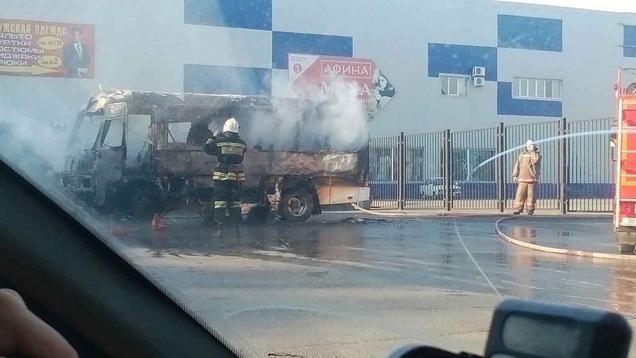 ВРостове около торгового центра «Меркурий» загорелась маршрутка