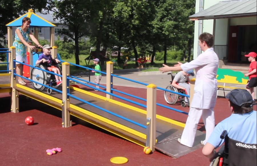 Первая игровая площадка для детей-инвалидов открылась вцентре Ростова