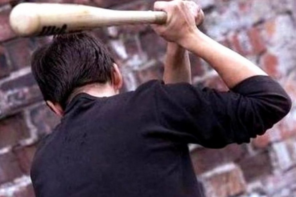 ВБатайске мужчину задержали заизбиение битой соседа