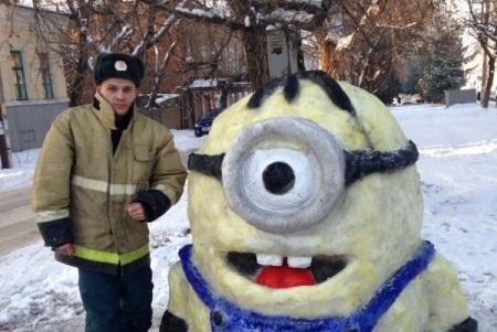 ВРостовской области пожарный делает уникальные скульптуры изснега