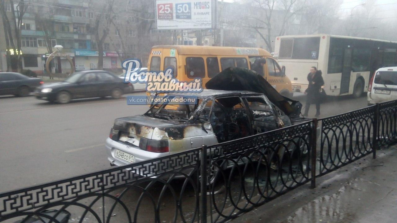 Полыхающий автомобиль вцентре Ростова-на-Дону попал навидео