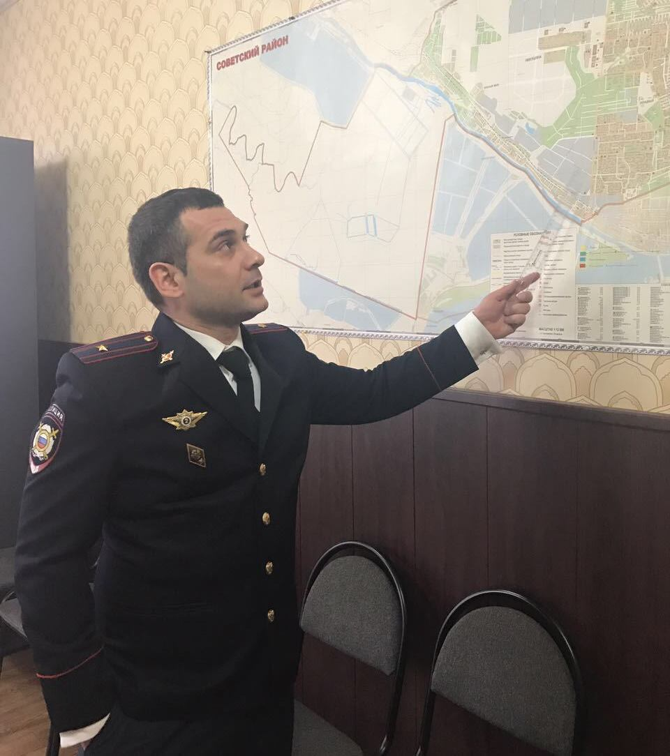 Полицейский изРостова уговорил мужчину непрыгать скрыши девятиэтажки