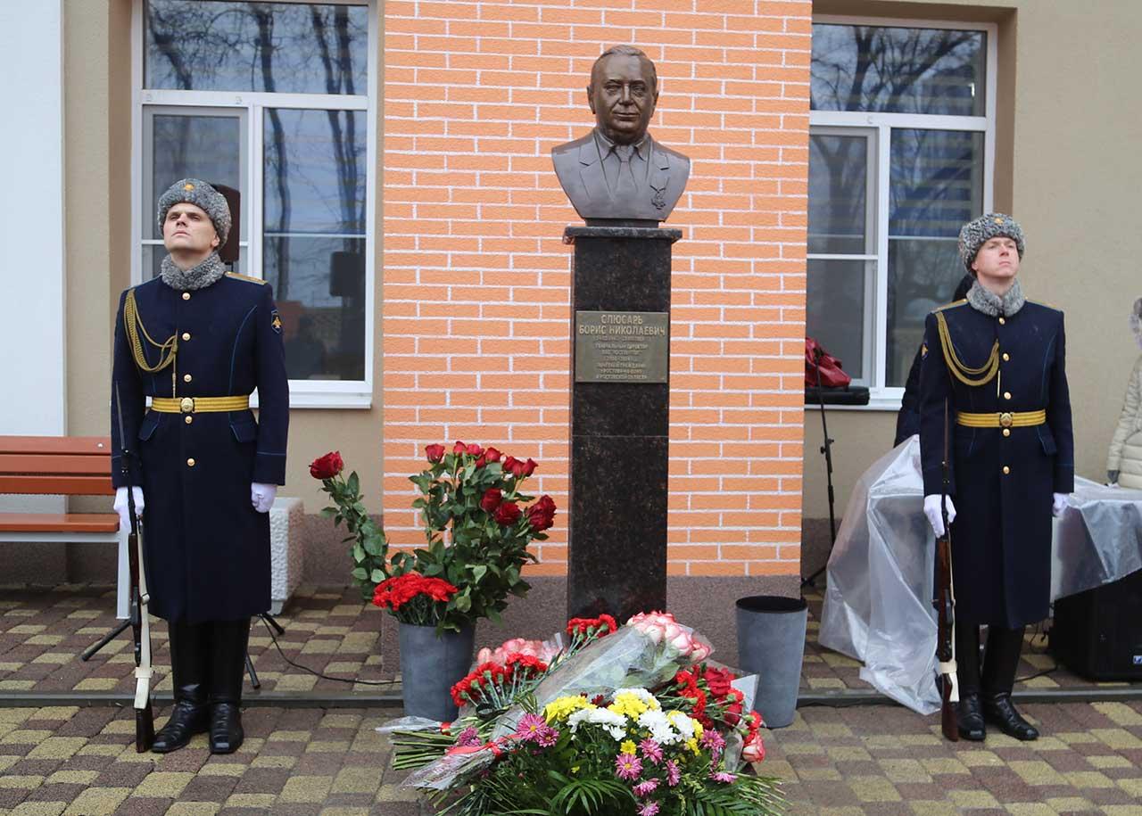 Открытие памятника Борису Слюсарю //Фото предоставлено пресс-службой ПАО