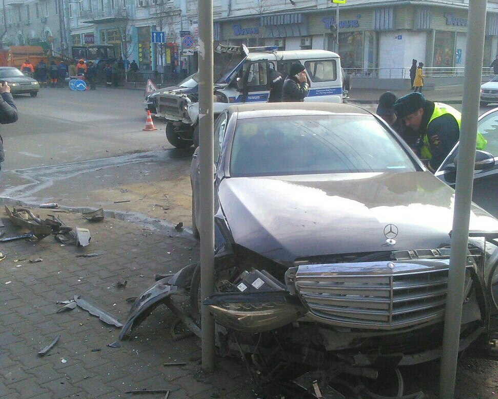 Вцентре Ростове встолкновении «Мерседеса» ипатрульной машины пострадал полицейский