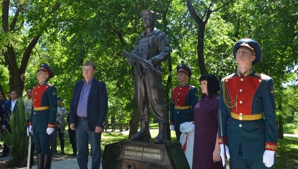 Погибшему вСирии морпеху Александру Позыничу открыли монумент вНовочеркасске