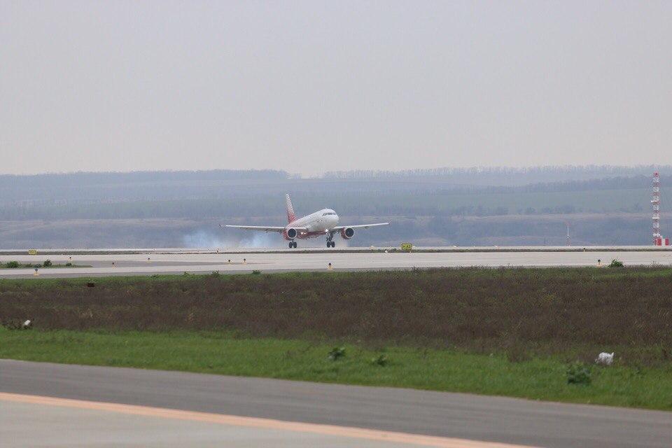 Лайнер Airbus a320 в аэропорту Платов //Фото: Эрик Романенко