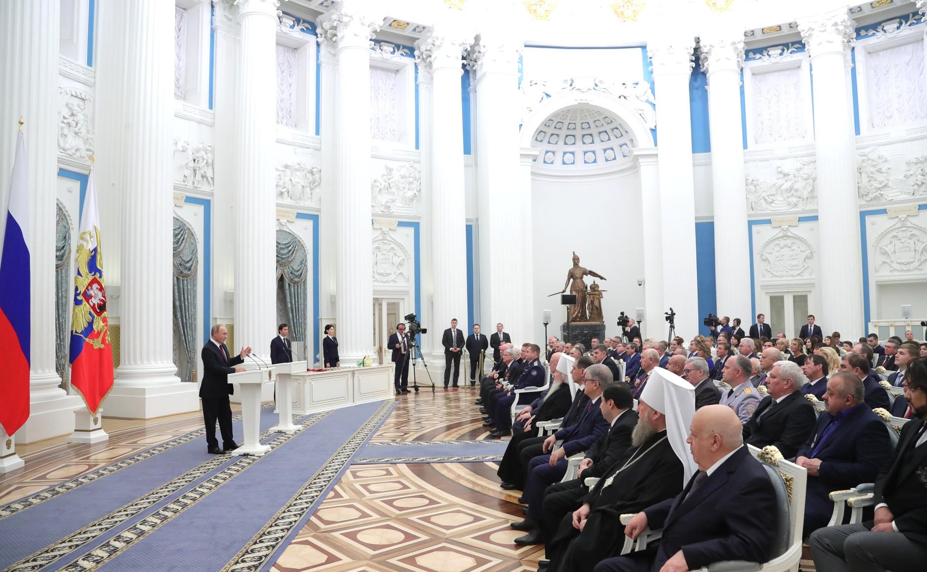 Тракторист изЗимовниковского района получил награду изрук Российского Президента