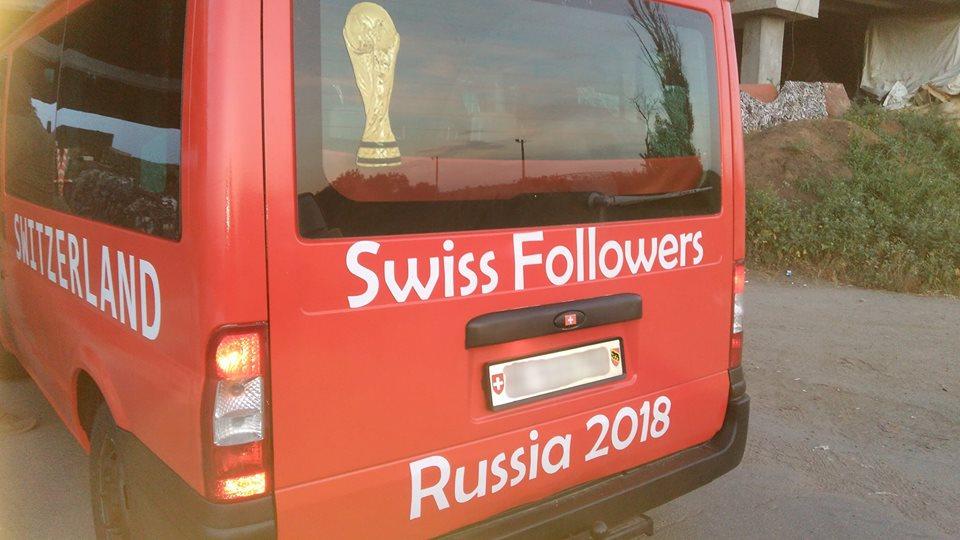 Микроавтобус, на котором приехали швейцарские болельщики //Фото: 161.ру