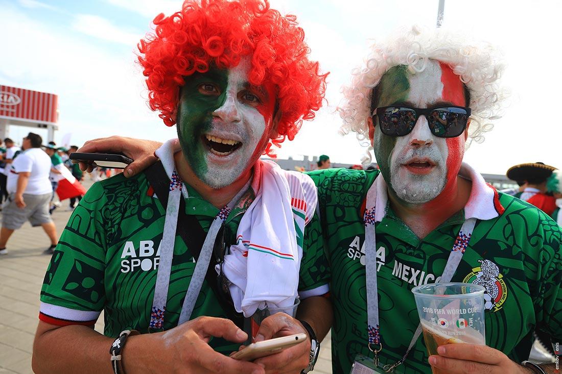 Мексканские болельщики на площади перед стадионом
