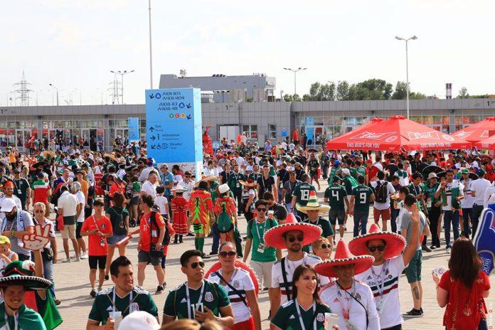 Мексканские и южнокорейские болельщики на площади перед стадионом