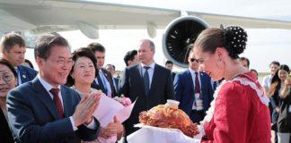 Президент Южной Кореи Мун Чжэ Ин в ростовском аэропорту Платов //Фото: пресс-служба правительства Ростовской области