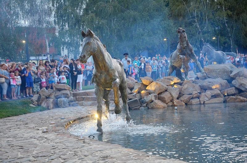 Композиция с лошадьми в сквере