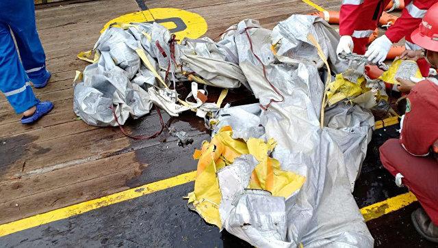 Обломки упавшего в воду пассажирского самолета в Индонезии// Фото: сайт РИА Новости