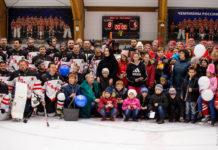 """Хоккеисты вместе с детьми после """"Матча добра""""// Фото: пресс-цетр ХК """"Атаман"""""""