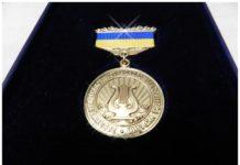 """Награда """"Заслуженного артиста""""//Фото: Политикус"""