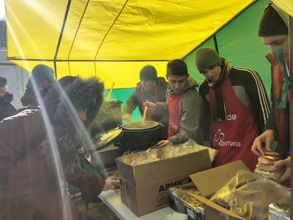 После молитвы волонтеры заработали поварешкам //Фото: Валерия Казарова