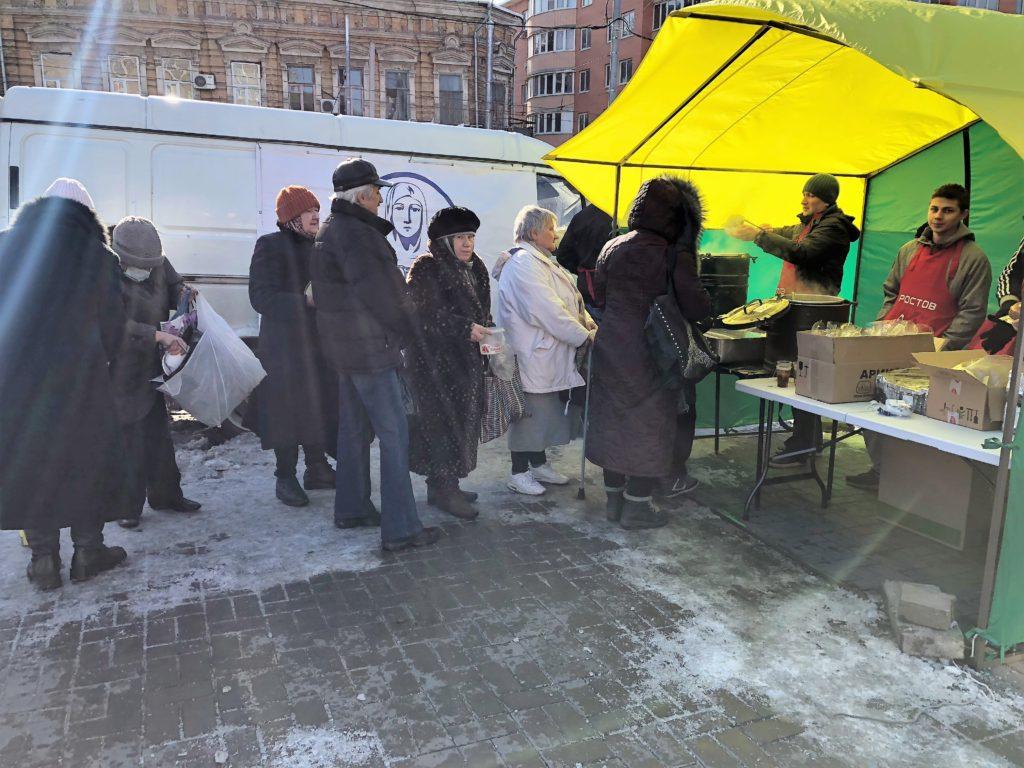 Люди, которые получили порцию, становятся вочередь снова, задобавкой //Фото: Валерия Казарова