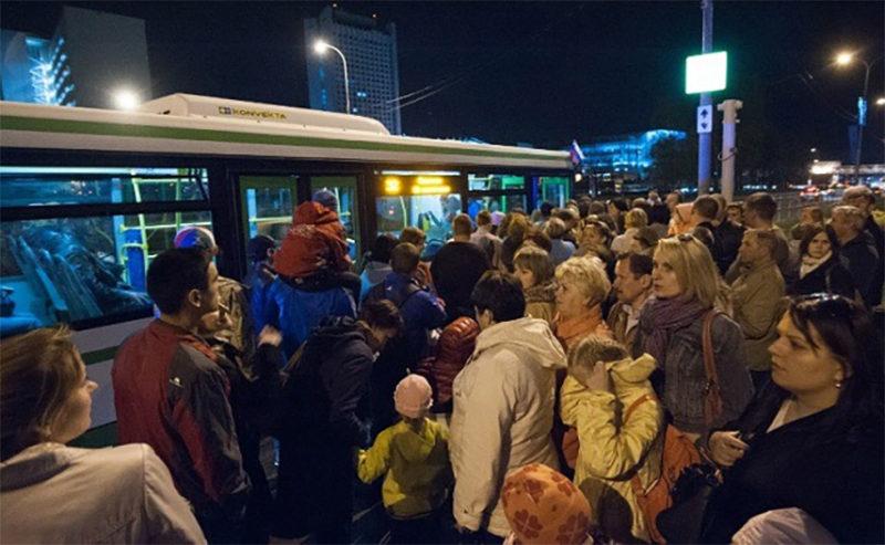Из-за реформы транспорта в Ростове-на-Дону на остановках собираются огромные очереди из желающих сесть в автобус //Фото: паблик в соцсети ВК Ростов-на-Дону - это мой город