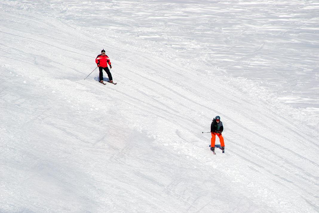 Горнолыжники на спуске с южного склона Эльбруса //Фото: Татьяна Черникова