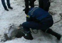 Спасатели вытаскивают 9-ти летнего мальчика из люка //Фото с сайта news-r.ru