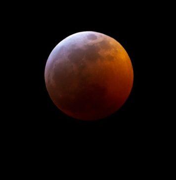 """""""Кровавое лунное затмение 21 января 2019 года //Фото: @MapleBaconPhoto"""