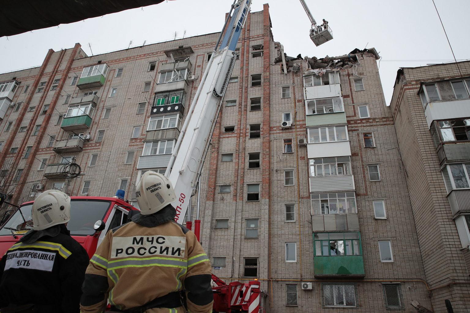 МЧС сообщило о четырех людях, которые могут быть под завалами в доме в Шахтах