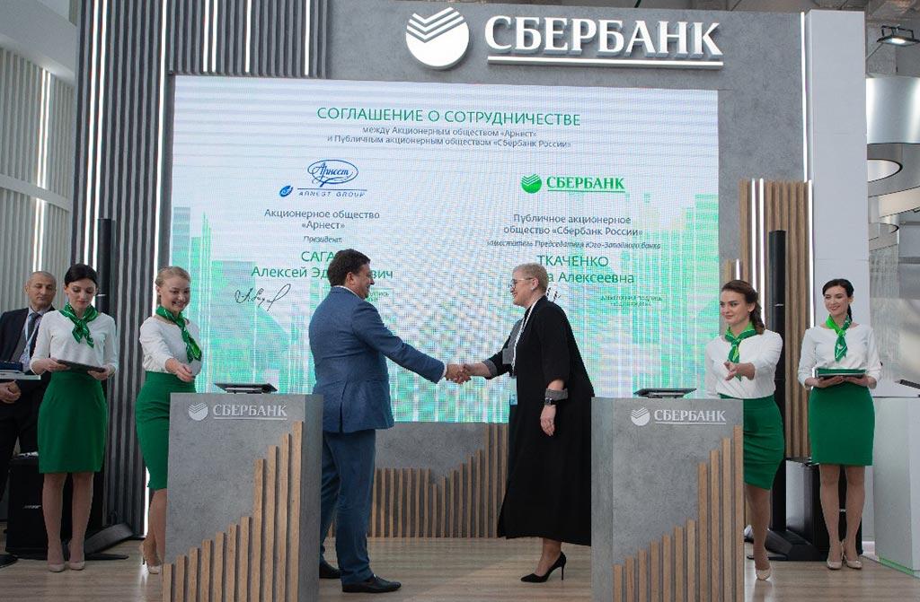 Момент подписания соглашения между АО «Арнест» и Сбербанком //Фото: Олег Китаев,