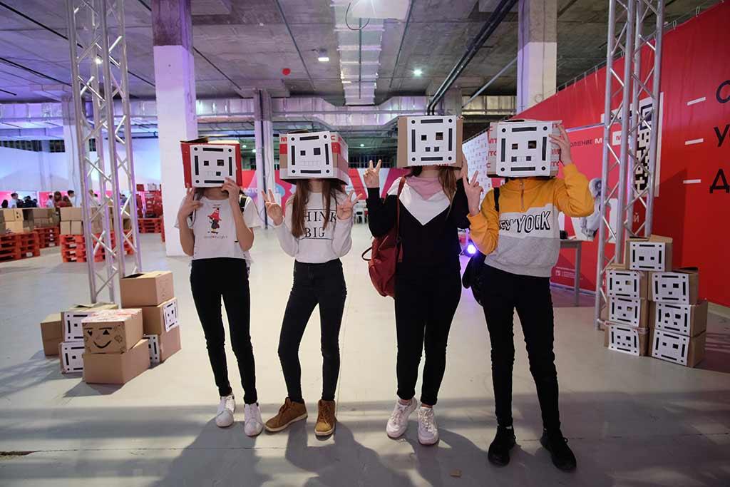 Дети с «робоголовами» на выставке «Робостанция МТС» //Фото предоставлено пресс-службой проекта «Поколение М»