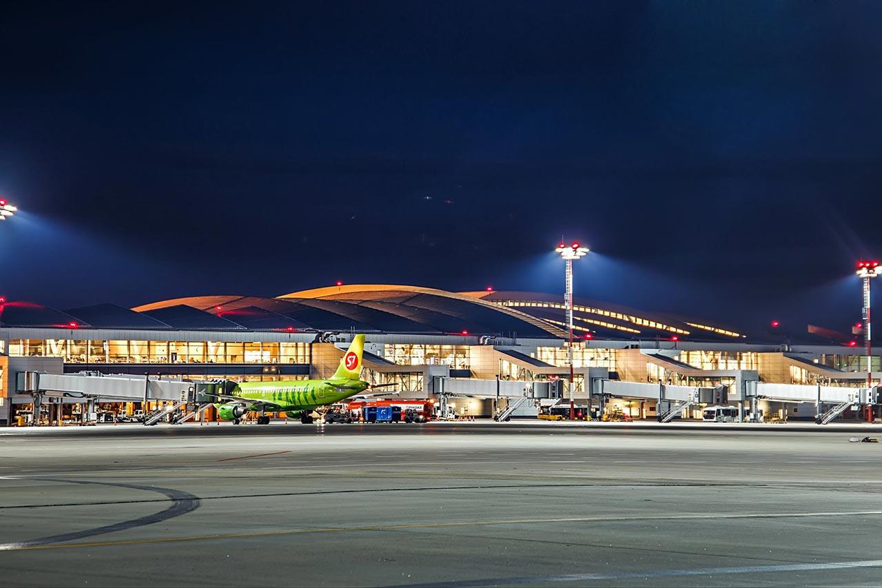 Авиалайнер Airbus A320 авиакомпании S7 у телетрапа пассажирского терминала аэропорта Платов //Фото: Михаил Кругликов
