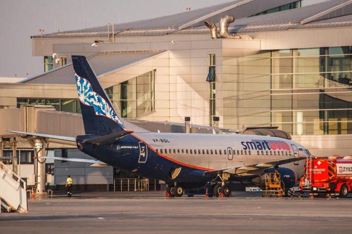 Авиалайнер Boeing 737-500 авиакомпании SmartAvia у телетрапа пассажирского терминала аэропорта Платов //Фото: Михаил Кругликов