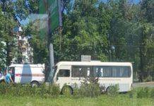 В Ростове маршрутка столкнулась с рекламным щитом //Фото очевидца