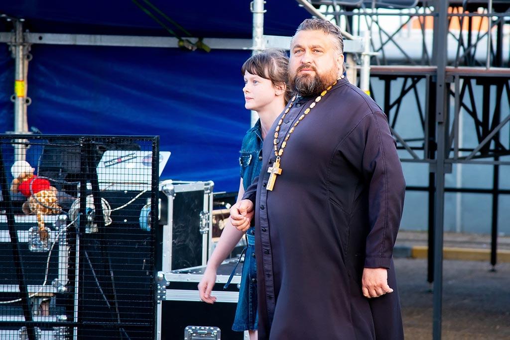 Священник на концерте группы little Big //Фото: Евгений Вдовин