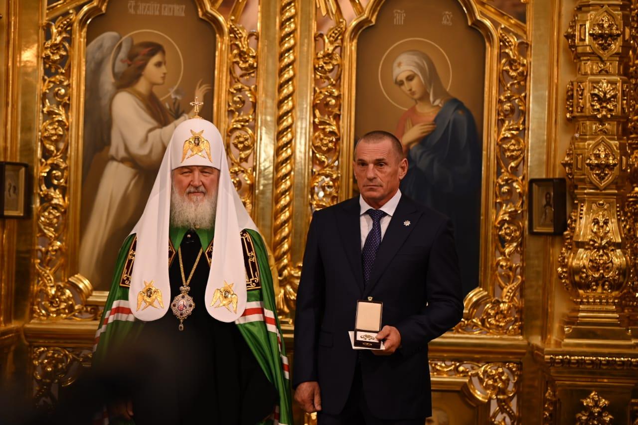 Святейший Патриарх Кирилл вручил высокую награду генеральному директору ГК