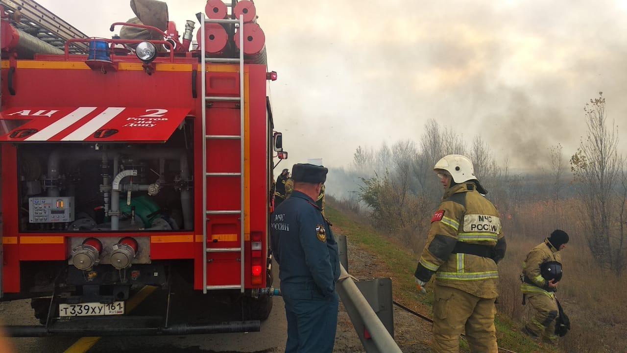 Пожар на площади 5 гектаров в районе Аксайского моста ликвидировали//Фото: ГУ МЧС России по РО