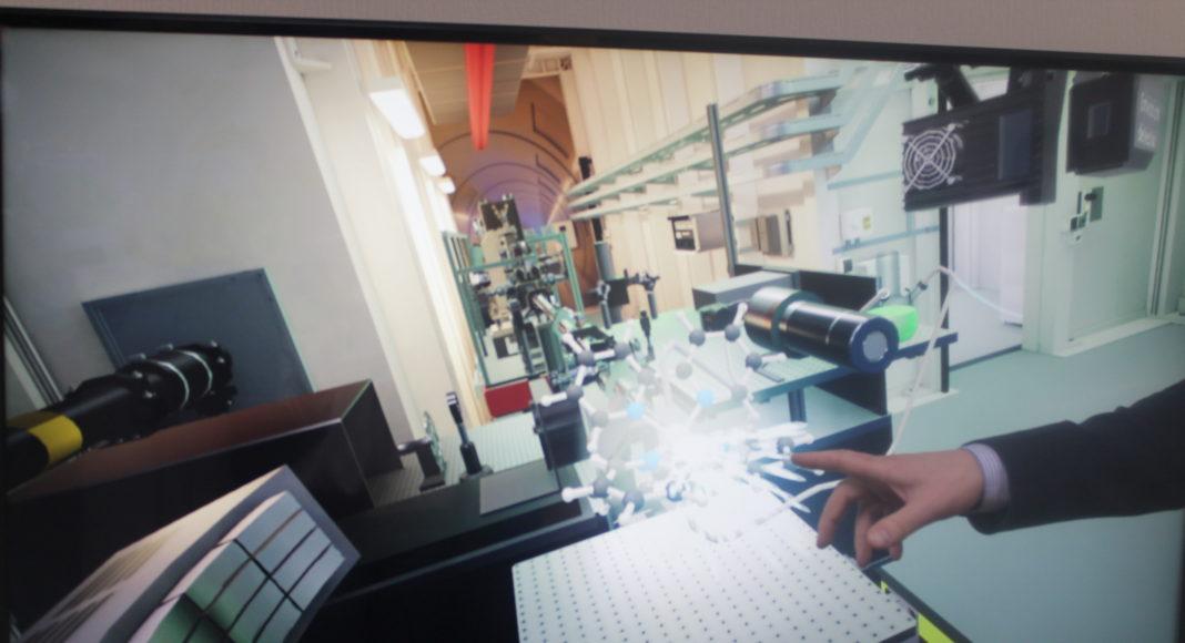 Виртуальный тренажер-иммитация работы с помощью лазера // Фото: Ольга Медведева, Городской репортер