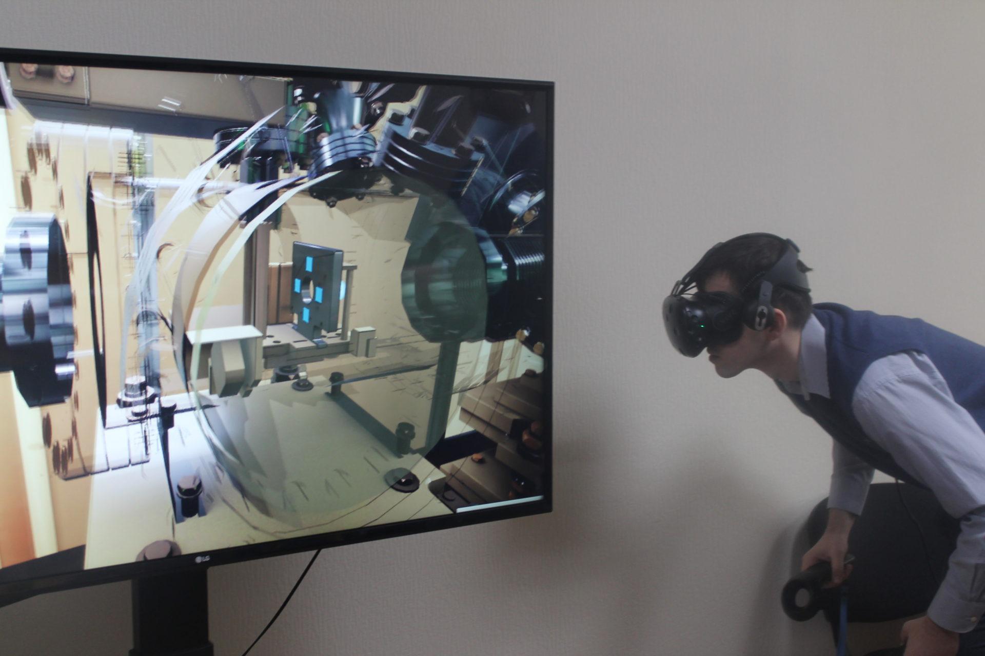 Александр Буда демонстрирует работу на виртуальном тренажере // Фото: Ольга Медведева, Городской репорте