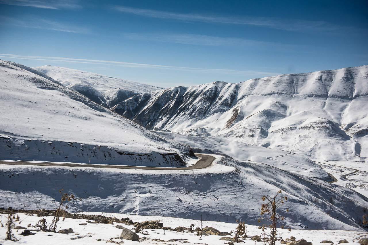 Горные массивы по дороге к озеру Кезеной-Ам //Фото: Елена Синеок