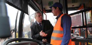 Василий Голубев в автобусе//Фото: правительство Ростовской области