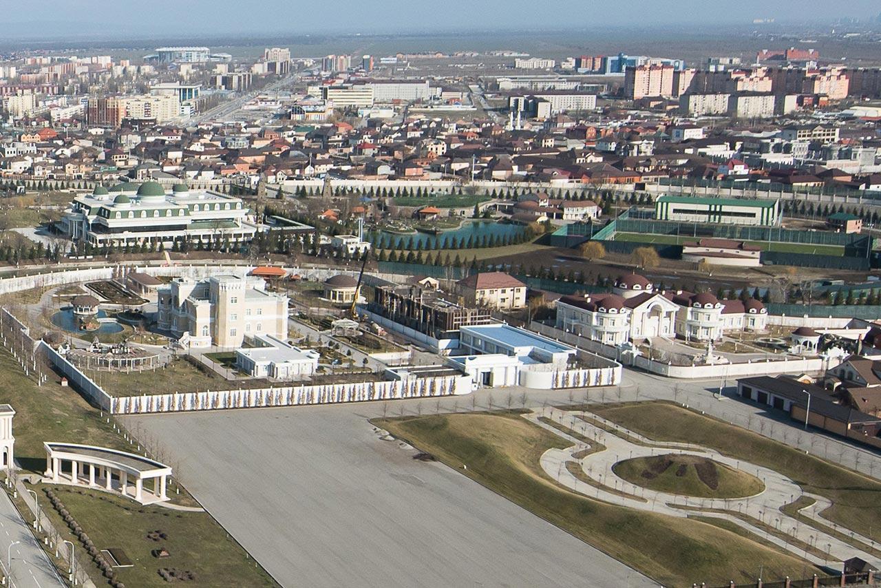 Вид со смотровой площадки на резиденцию президента Чеченской республики //Фото: Елена Синеок