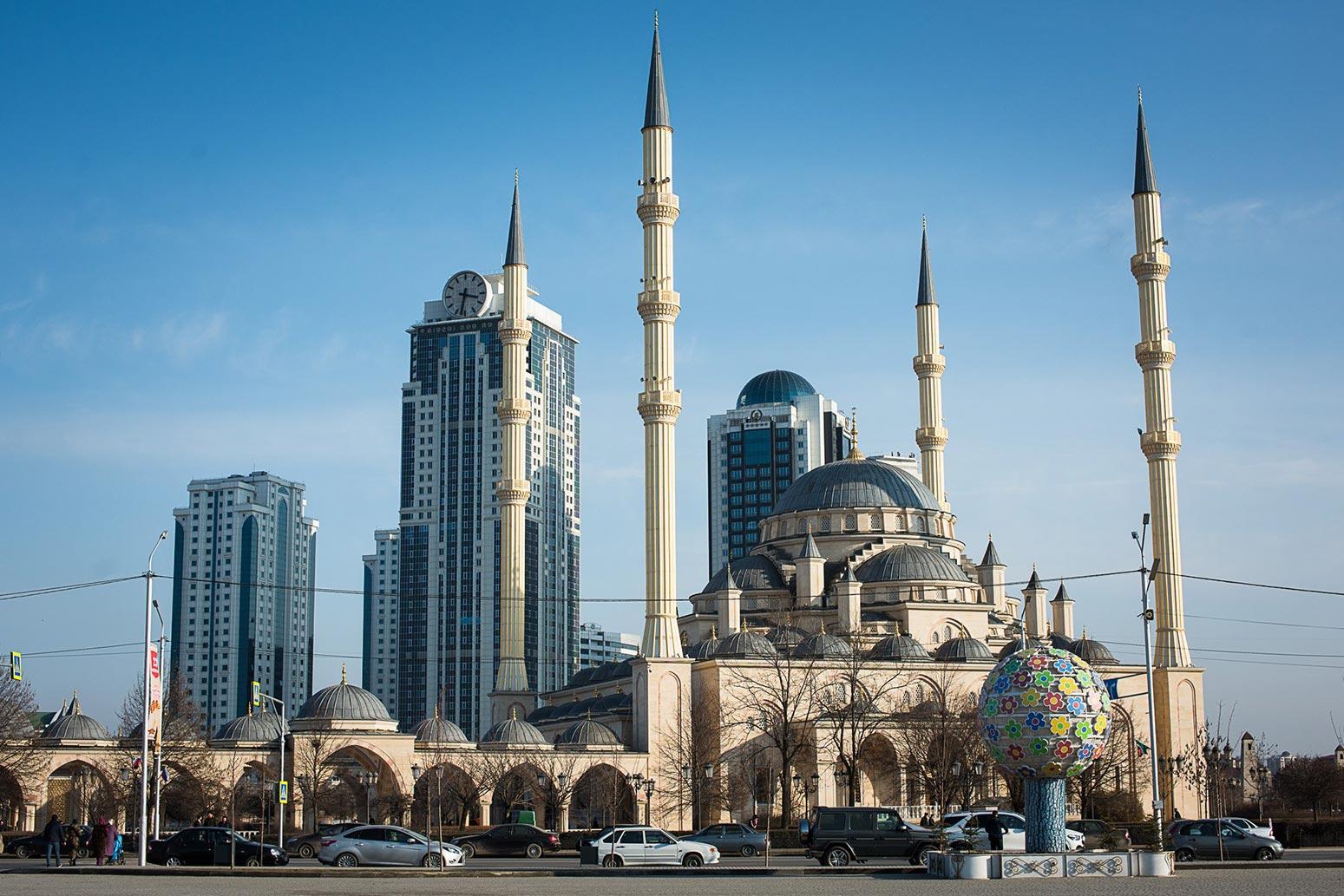 Вид на Грозный-сити с площади Ахмада Кадырова //Фото: Елена Синеок