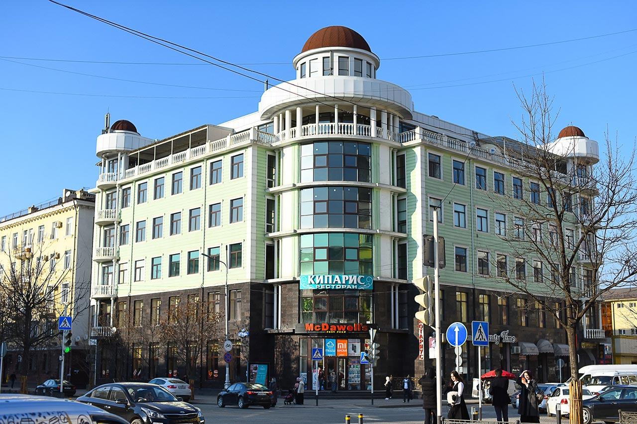 На улицах Грозного много современных зданий //Фото: Елена Синеок